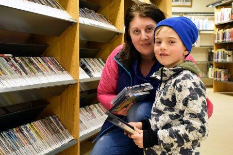 Innom: - Vi bruker biblioteket ganske jevnlig, sier mamma Alisa Keric. Her er det sønnen Edin (7) som skal låne filmer han kan se i skoleferien.