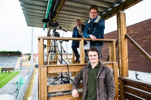 GIR DEG HBK PÅ NETT-TV: Denne gjengen produserer HBKs hjemmekamper i 2. divisjon. Bakerst står Frode Johansen (teknisk ansvarlig), Halvor Bjørntvedt (kameramann) og Eirik Bomann Sørensen (kommentator)