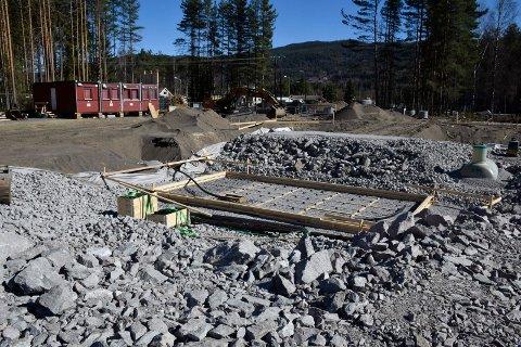 VANNBASSENG: Her, like ved en gammel fotballbane på Nes, bygges det nye vannbassenget.