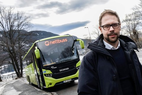 GI TEGN: Simen Strøm, leder i Nettbuss avdeling Ringerike, opplyser at man må gi tegn hvis man skal få bussen til å stanse på en holdeplass. Foto: Mari Persson