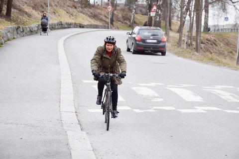 SYKKELBY: Hvis flere skal begynne å sykle i Hønefoss, kan de ikke være redde for å oppleve det jeg opplevde, sier Solveig Mide Solberg. Hun kom syklende her da en bilist ville ha henne ut av veien.