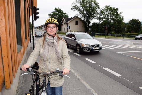 PÅ ETTERSKUDD: Linda Engstrøm jobber for mer sykling i Hønefoss, men først før jul kom det sykkelbypenger.