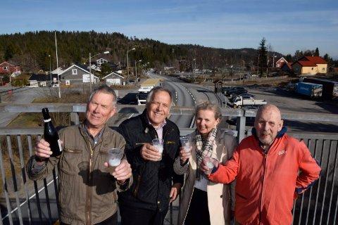 SKAL FÅ SLIPPE: Harald Berg (fra venstre), Svein Solheim, Jorun Skaret og Sigurd Berg på Solihøgda skal få slippe å betale bompenger på nyveien. (Dette bildet er tatt under en tidligere feiring av ny vei).