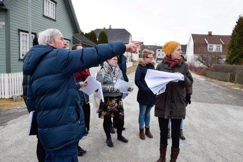 Politikerne måtte torsdag sende områdeplanen tilbake til administrasjonen. Her fra en tidligere befaring på Nesbakken.