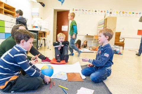 Steinsfjorden montessoriskole. Prosjektarbeid på gulvet. Brage (fra venstre), assistentlærer Stina Høglend-Bording, Linus og Håvard.