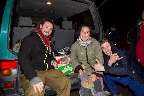 Tonny Løwer og Stine Frydenlund delte ut matpakker til russen. Mikael Rambø synes det var et supert initiativ.