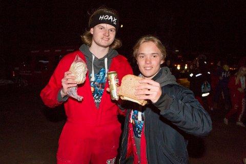 Lars Hove og Magnus Ludmann var veldig fornøyde med at noen hadde laget matpakker til dem.