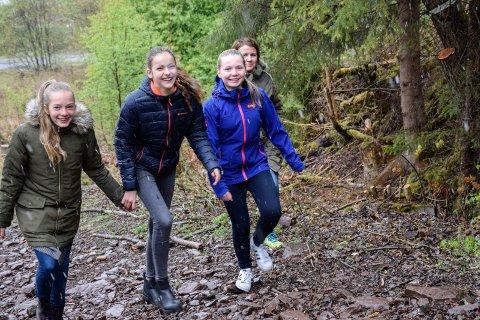 Lettere å gå på tur: Miriam Holmen Rist, Runa Eid Skjerven, Karoline Mehlum og lærer Christina Ødegård synes det er fint at Kleiva ivaretas.