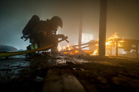 En røykdykker er inne for å slukke brannen under en øvelse.