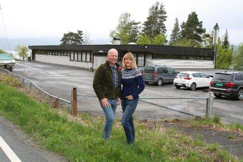 Oddvar Hansen og Lill Hege Rostad har kjøpt den gamle videofilmsentralen på Utstranda, og vil skape liv i bygda.