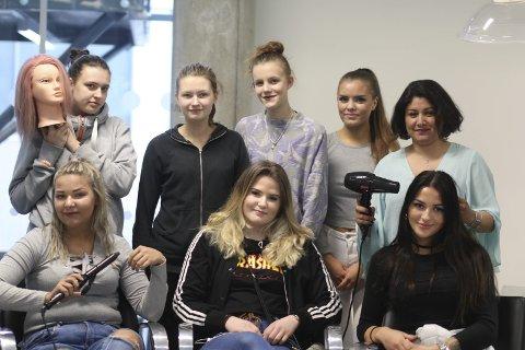 Det er blant annet disse flotte jentene som skal stå for sminke og hår denne dagen.