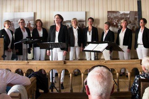 Decibel: Ti korister som synger a cappella og legger vekt på klang.