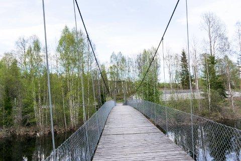 IKKE I MÅL ENNÅ: Borglund hengebru på Veme er opprustet for 1,5 millioner kroner. Men det er ikke gjort noe med det gamle tregulvet. Bildet er tatt før arbeidene ble påbegynt.