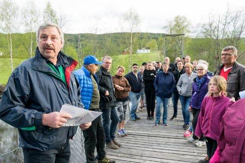 Ga seg aldri: Ivar Kristiansen (til venstre) har gått i spissen for bygdeaksjonen for å bevare Borglund hengebru. Neste uke får han en pris for sitt engasjement.