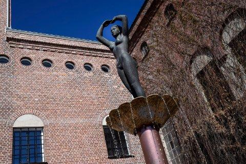 Ringerikspiken har fått på vannet. Nå mangler bare full blomstring i veggen bak den ikoniske skulpturen.
