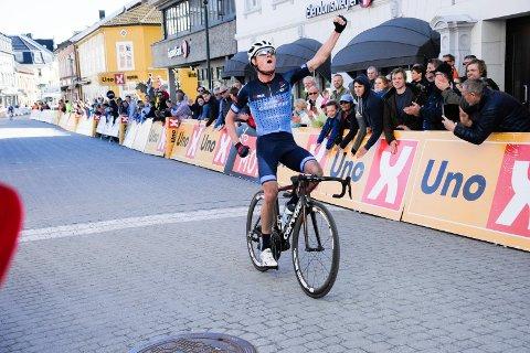 Her vinner han: Rasmus Guldhammer kan strekke armene i været. Her vinner han Ringerike Grand Prix 2017.