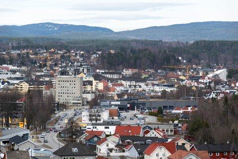 Hønefoss sett fra Arnegårdsbakken mot sentrum mars 2017. Ringerike rådhus, Dalsbråten i forgrunnen.