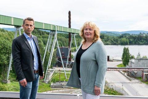 ØDELEGGENDE: Daglig leder Rolf Jarle Aaberg i Treklyngen og regiondirektør Grete Karin Berg i NHO Buskerud vil ha bort eiendomsskatt på maskiner, som de mener står i veien for ny industrisatsing i Ringeriksregionen.