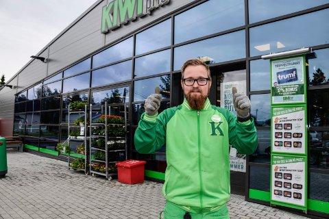 GIR SEG: Stian Kragholm Olsen gir seg i jobben som butikksjef.