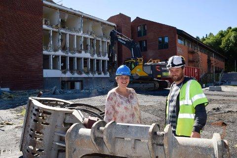 RIVING I GANG: Rivingen av A-bygningen er i gang bak driftssjef ved høyskolen, Laila Gustavsen, og anleggsleder hos HENT, Kristian W. Jørgensen.