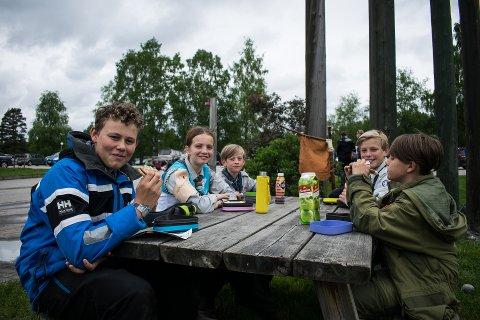 Pingviner før konkurransestart. Fra venstre: Axel (14), Sondre (11), Mathias (15), Mikkel (12), Andreas (15) og Mats (13).