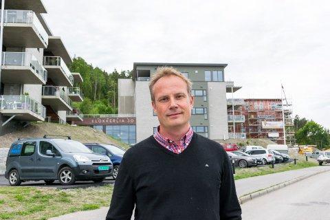 NY UTBYGGING: Anders Bjerke i Klokkerlia Utvikling AS ønsker å bygge 30 nye leiligheter i Klokkerlia i Hole. Dette bildet er tatt ved en tidligere anledning ved dagens blokker.