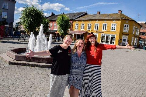 Torglørdag: Lisbeth Ødegård Jansen, Strikke-Gry Johannessen og Gro-Helene Skalstad i Sentrumsforeningen håper lokale underholdere vil være med på dugnad for et levende sentrum.