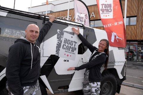 Neste ut: Bootcamp Hønefoss hadde stand under Villmann. Her reklamerer Stig Jarle Johansen og Kari  Gresaker Teigland for deres eget løp.