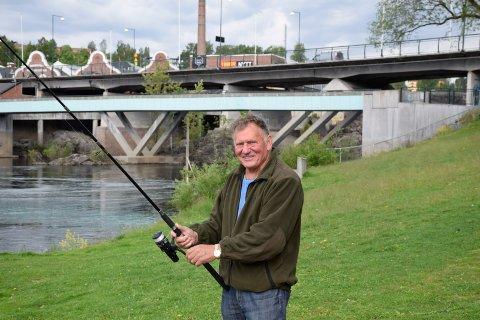 FIKK NEI: Steinar Larsen ville sette ut ørret nedenfor Hønefossen, men får ikke lov.