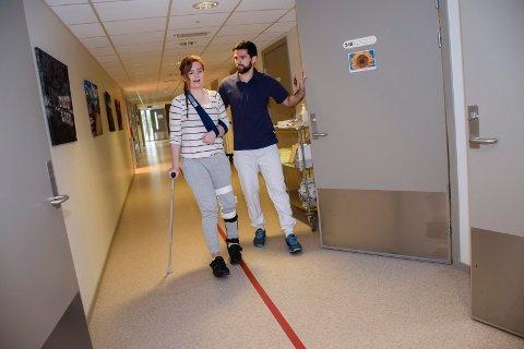 På vandring: Det har blitt mange runder i gangen for Emilie Omholt Lang og fysioterpeut Ardian Haziarj. Hun må bruke spesialsko, og håper venstre bein skal lystre etter hvert.