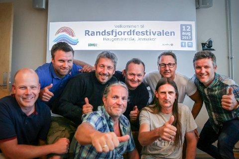 FESTIVALKLARE: Atle Jakobsen, Ole Henrik Pedersen, Hans Ole Braathen, Bobby Brørby, Espen Hagen, Peder Rolstad, Joar Løhre og Per Anders Bjørklund i Randsfjordfestivalen.