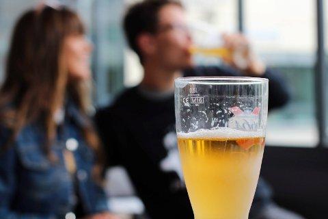 Enten du har sommerferie eller er på jobb: Nyt sommeren mens den er her og ta et pust i bakken og en slurk pils. Ringerikes Blad har pristestet alkoholholdig og –fri øl, samt mineralvann, for å se hvor du kan nyte solen med økonomisk god samvittighet.