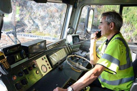 Lokfører Arne Bjerke holder seg oppdatert om hva som skjer på sporet mellom Bergen og Hønefoss.