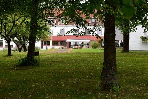 Hønefoss omsorgssenter trenger flere parkeringsplasser, og vil omgjøre deler av hagen til parkeringsplass.