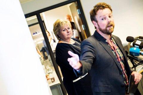 Ingen grunn til å juble: Statsminister Erna Solberg og utdanningsminister Torbjørn Røe Isaksen bør vente litt med å juble over fraværsgrensens suksess, mener digitalleder Siv Storløkken.