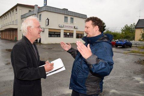 """Per Gunnar Nygård (til høyre) forteller tegner Øyvind Tingleff om den gamle rutebilstasjonen på Jevnaker. De skal lage """"Jevnaker for dummies""""."""