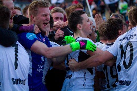NY STYRELEDER: Christian Aarbogh Bjerke er JIFs nye styreleder. Her jubler han sammen med resten av Førde-spillerne etter å ha slått ut Brann i cupen.