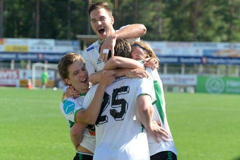Jubel for 1-0-scoringen til Kristoffer Hoven i kampen mot Byåsen.