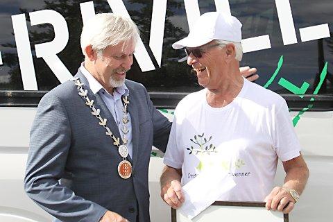 Ordfører Per R. Berger tar også gjerne en tur på marked. Her er han sammen med Roar Buraas fra Vik Omsorgsboligers Venner (VOV).