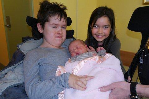 Pablo (10), Elina (8) og lillesøsteren Josefine som nå er 1,5 år gammel.