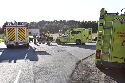 Det var i krysset mellom Busundveien og Norderhovveien to biler kolliderte da dene ikke overholdt vikeplikten. Politi, ambulanse og brannvesen rykket ut.