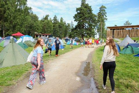 På teltplassen nedenfor Hegnhuset ligger alle de andre lokallagene, mens Buskerud AUF troner på toppen med egen teltplass. Det synes Karine Johnsrud Pedersen og Camilla Berteig er helt innafor.