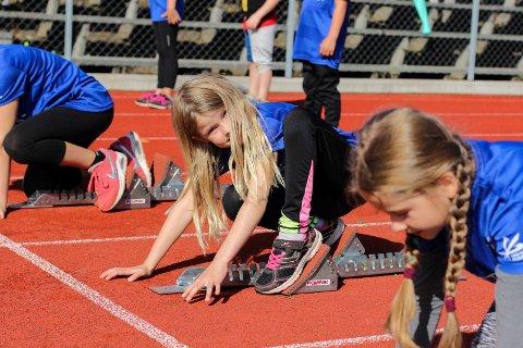 Julia (8) står klar til å løpe sprint. Først måtte hun stille inn startblokka slik at den passet hennes føtter.