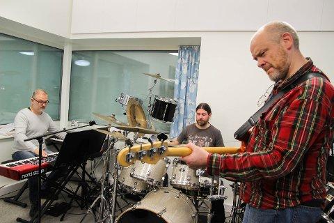 Morgan Wadenhof, Kjell Otto Bøyeie og Johan Olin er tre av musikerne bak Beatles-hyllesten til plata Sgt. Pepper's Lovely Hearts Club Band. Fredag 22. september står de på scenen i Modum kulturhus.