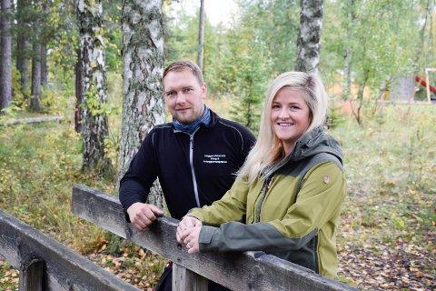 ILDSJELER: Espen og Anne Marie Heggerudstad har tidligere blant annet jobbet for lysløype og gapahuk på Nes i Ådal. Nå er det skøytebane som står for tur.