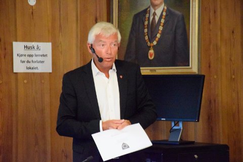 LAVERE AVGIFTER: Rådmann Tore Isaksen setter ned avgifter og ber om bedre bemanning på rådmannskontoret.