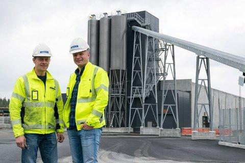 NY FABRIKK: Spenncon Rails nye fabrikk er nå i gang med produksjon av jernbanesviller. Fabrikksjef Stig Sollie (til venstre) og administrerende direktør Lars Petter Lund.