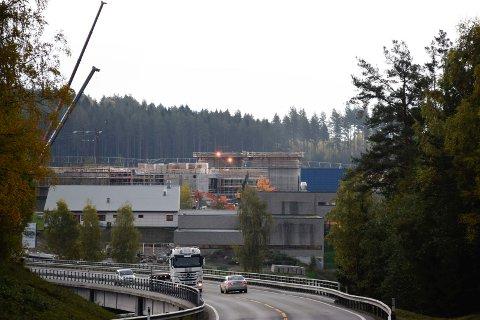 UNDER BYGGING: Er det juridisk holdbart å kreve inn en avgift før anlegget står ferdig? spør Olav Bjotveit.
