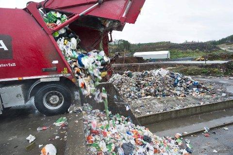 HRA: Søppel som kommer fra private tømmes her. Søppelbil