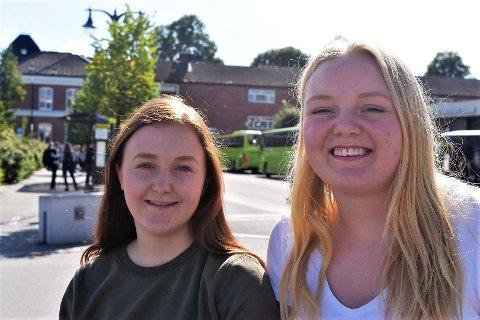 Andrine Granstad (18) og Sigrid Barkost Buøen (18) forteller om hvordan det er å ta buss og å bo i hybel. Ikke tilstede: Aurora Haug Riis